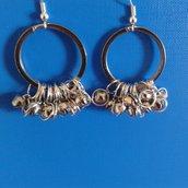Orecchini di metallo con cerchi e campanelline incorniciate con anellini Creazione Originale