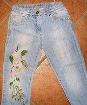 Jeans da bambina dipinti a mano