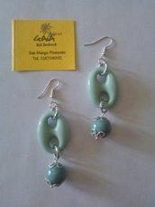 Orecchini verde acqua con maglia marinara verde acqua e pendente in ceramica