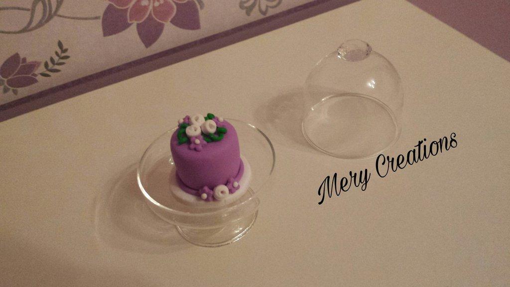 Mini cake design con alzatina di vetro, glicine, rose e ...