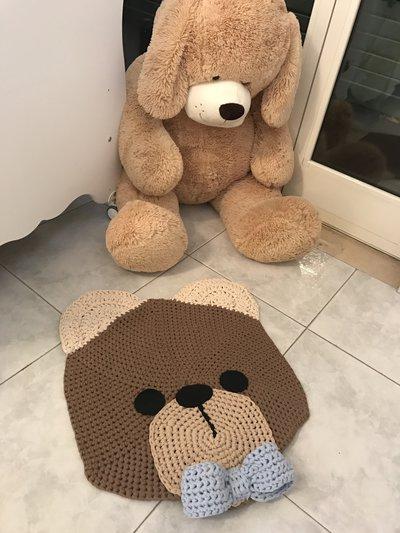 Tappeto all'uncinetto a forma di orsetto