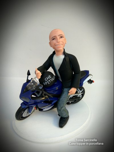 Scultura cake topper in porcellana motociclista