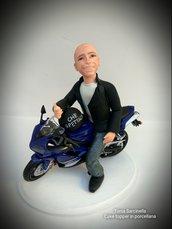 Scultura cake topper in porcellana motociclista