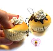 Portachiavi - Phone strap - Squishy cupcake con panna e fetta di fragola.