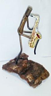 Musicista suona appassionatamente il sax