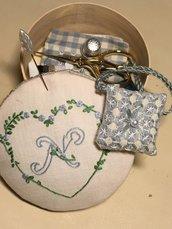 """Set primo cucito- scatola con """"N"""" ricamata con accessori per sartoria"""