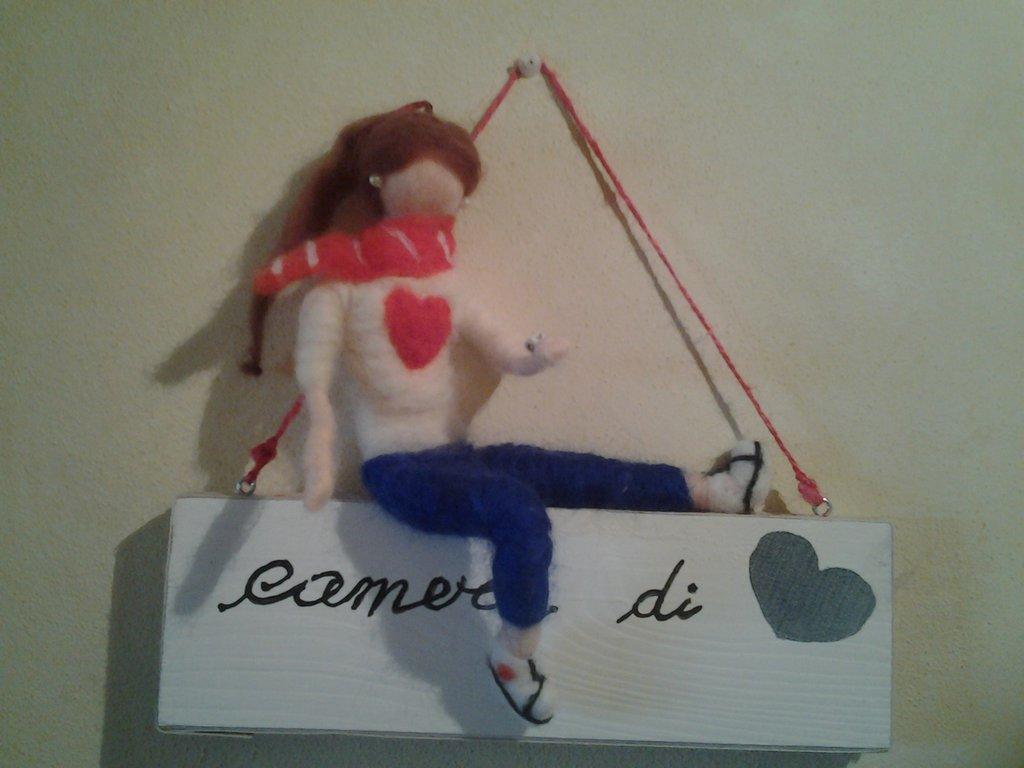 Targa in legno con bambola in lana cardata