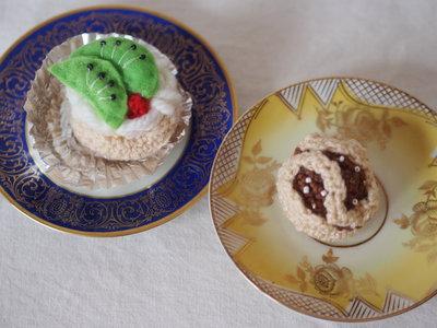 Coppia pasticcini in lana.Uncinetto.Dettagli con perline,ricami e feltro.Bocconcino al cioccolato e barchetta panna e kiwi con ciliegia.