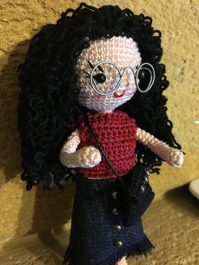 Bambola amigurumi con capelli ricci