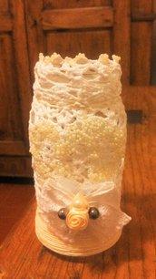 Barattolo in vetro di forma allungata decorato con pizzo ad uncinetto con perline piccolissime avorio che formano un cuore nella parte frontale fiocco con trina e perle