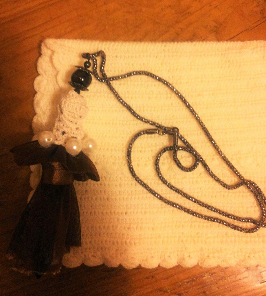 Ciondolo bambolina di perla vestita con blusa realizzata ad uncinetto e rifinita con grandi perle e gonna stile orientale in organza marrone