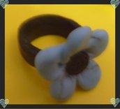 anello nero con fiore azzurro