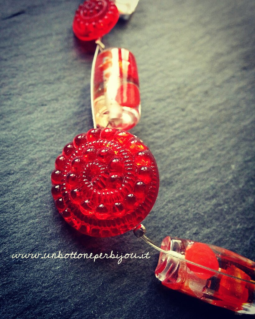 Girocollo /Collarino con bottoni d'epoca ,in vetro,rosso rubino