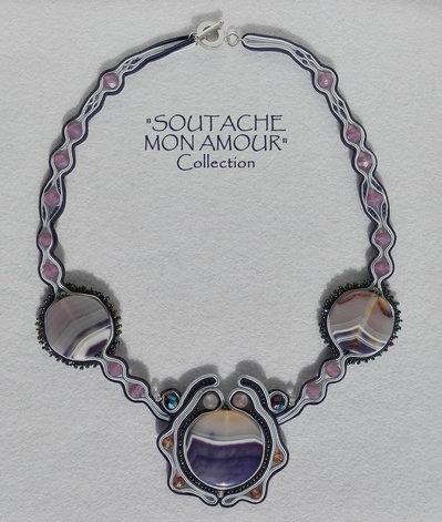 """Collana Soutache blu-viola con pietre circolari in agata - Collezione """"Soutache Mon Amour"""""""