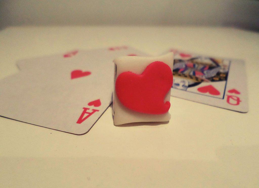 Regina di cuori anello regolabile carta da gioco asso di cuori in fimo bianco fluorescente accessori per carnevale in maschera