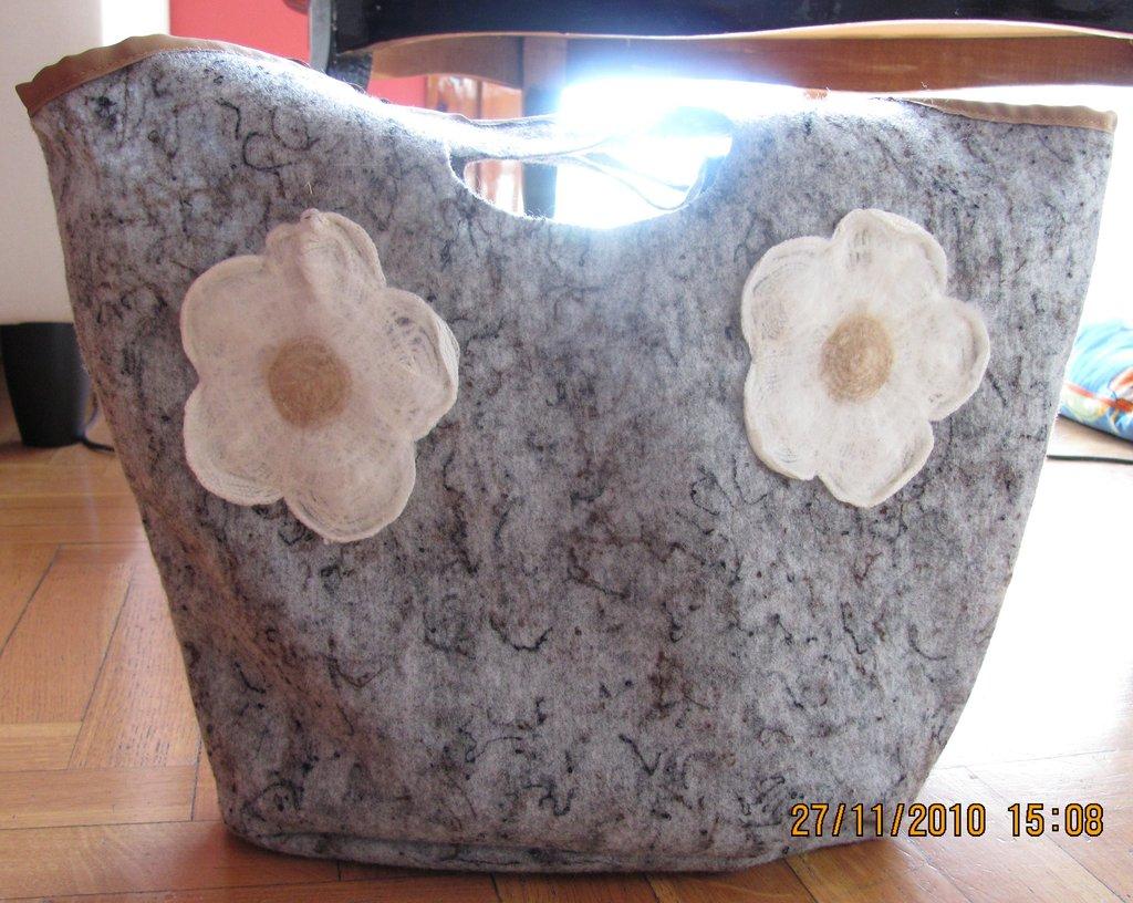 borsa grigia in feltro con fiori