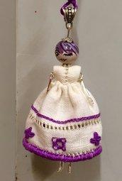 Ciondolo la Mi Cocca di ceramica di Deruta con vestito ricamato viola