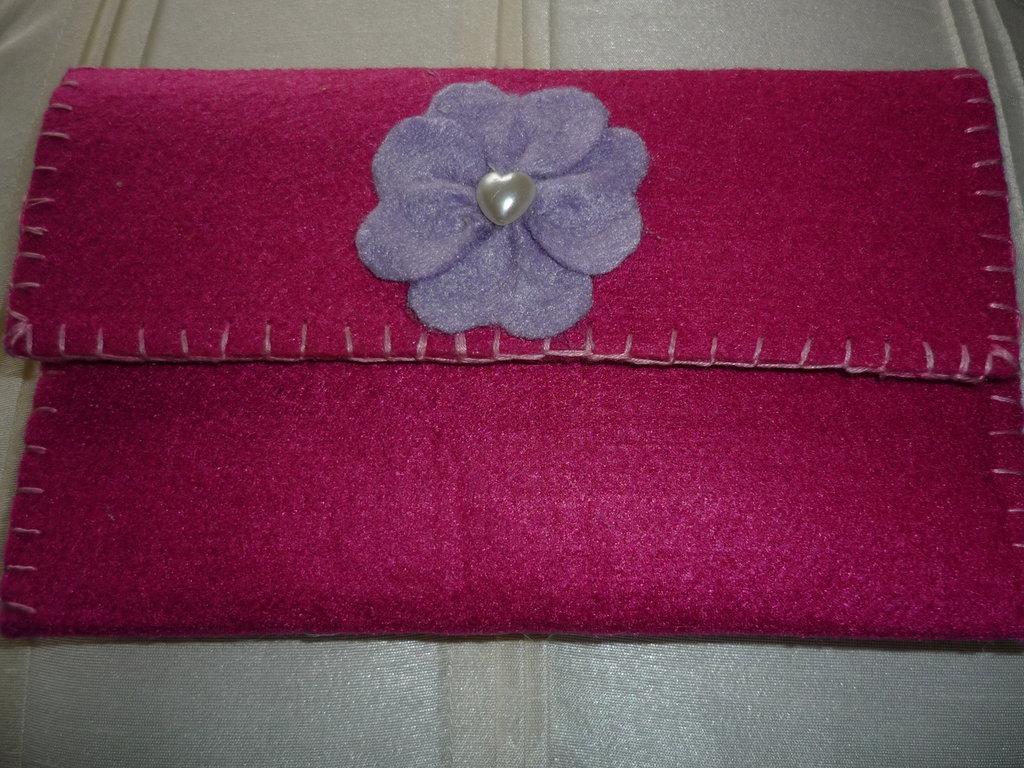 Portafoglio con fiorellino cucito a mano a punto festone