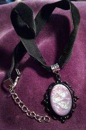 *Cammeo in resina silver leaf viola con choker di velluto nero*
