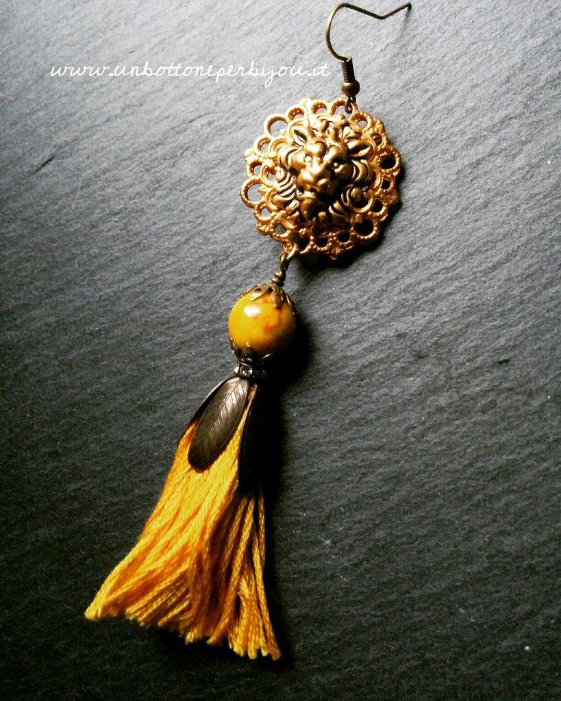 Mono-orecchino con bottone gioiello vintage testa di leone con nappina in cotone francese e pietra dura
