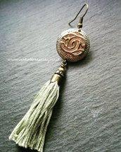 Mono-orecchino con bottone gioiello  con nappina in cotone francese