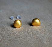 Orecchini pietra laccati oro, orecchini a lobo, orecchini in pietra, orecchini minimalisti, orecchini moderni, orecchini asimmetrici. Pietre di fiume. Pezzi unici..
