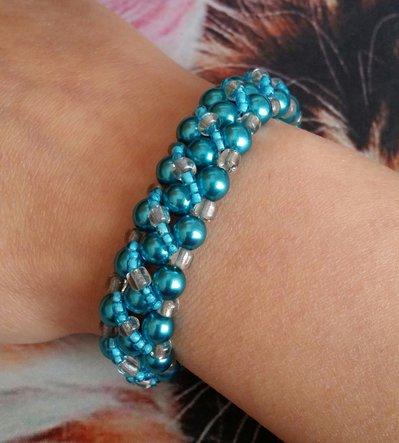 Bracciale con perle azzurre