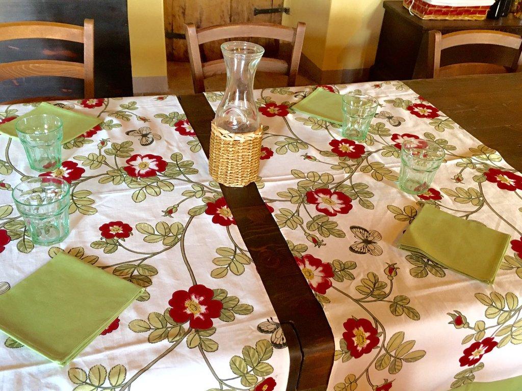 Ranner con rose canine con fascia verde e tovaglioli in tinta- idea regalo