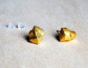Orecchini pepita oro, pietra laccata oro, orecchini a lobo, orecchini in pietra, orecchini minimalisti, orecchini moderni, orecchini asimmetrici. Pietre di fiume. Pezzi unici.
