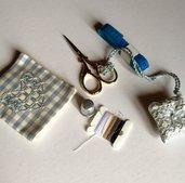 Set per primo cucito ricamato a mano su quadretti azzurri con cuore