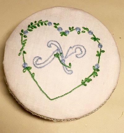 Scatola handmade con coperchio ricamato ' cifra' con cuore di fiorellini