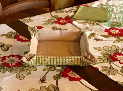 Cestino porta pane a quadretti verdi imbottito e ricamato a mano