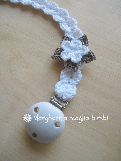 Catenella portaciuccio bimba, fiore bianco e tortora, uncinetto fatto a mano, cotone