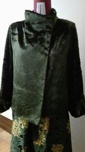 Giacca in pelliccia ecologica verde bottiglia, collo dritto sormontato, manica lunga svasata  TG.46