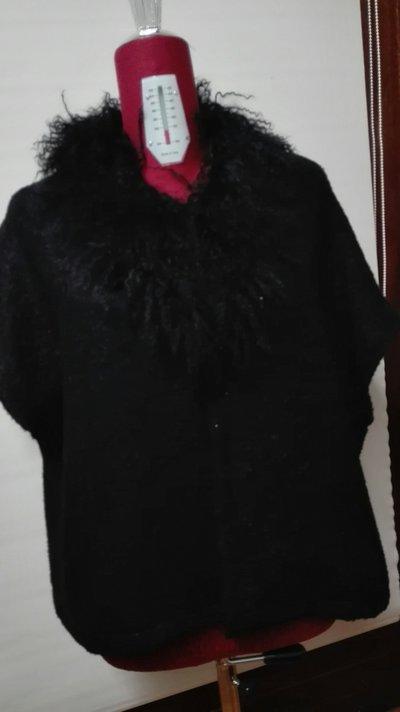 Giacca manica scesa in bouclè nero (70% lana 25%mohair 5% nailon) foderato, applicazioni perline nere