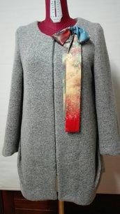Cappottino in lana cotta, fodera in seta, senza collo, spilla con fiocco in seta removibile