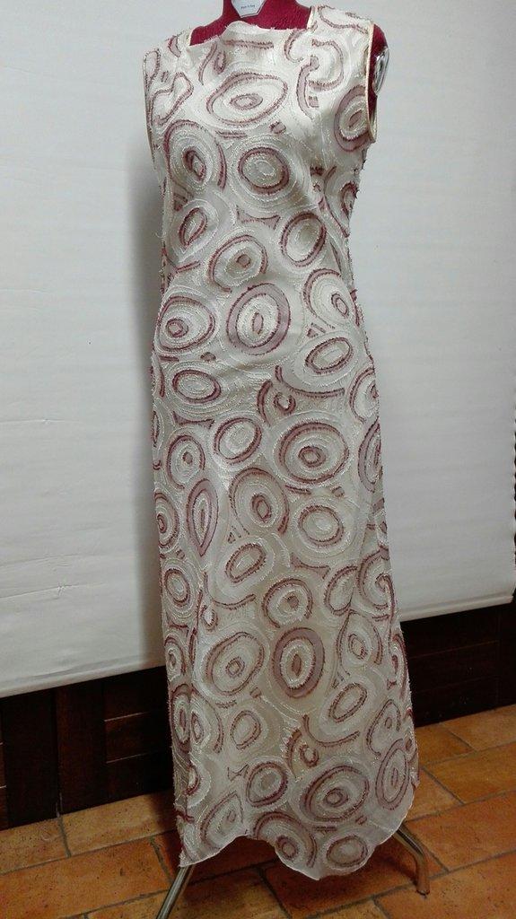 abito lungo elegante in organza panna con ricami bordeaux e oro, foderato Tg. 42-44