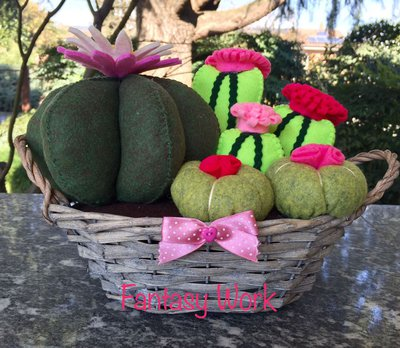 Composizione di cactus in feltro in cestino vimini con fiori rosa e fucsia