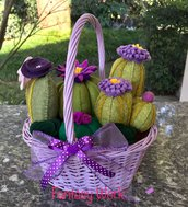 Composizione di cactus in feltro con fiori lilla e viola, in cestino di vimini lilla con manico