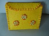 Piccolo portafoglio da bambina realizzato in feltro cucito a mano e decorato con fiorellini di cotone