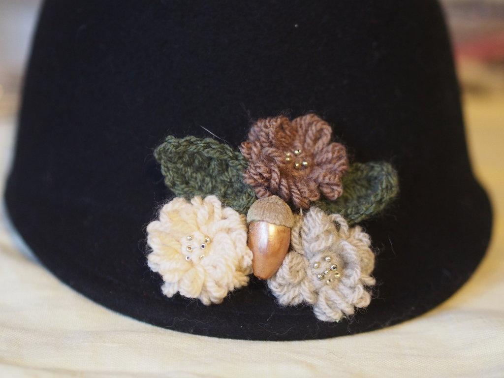 Spilla in lana con perle dorate e ghianda.3 mini fiori a telaio (beige,marrone,grigio perla)con foglie a crochet verde salvia.Accessorio,bijoux donna