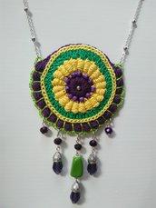 Collana realizzata a mano all'uncinetto con perline, pietre dure e swarovski