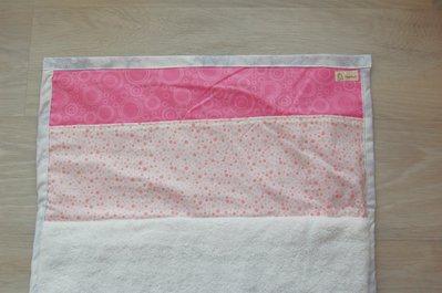 fasciatoio da viaggio pieghevole rosa a pois con tre comode tasche per tutto l'essenziale nel momento del cambio