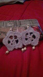orecchini con fiore all'uncinetto e perline fatti a mano