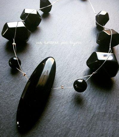 Collana con bottone nero  vintage e perle in acrilico nere su cavetto di acciaio