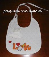 bavaglino bianco per neonato con la scritta LOVE