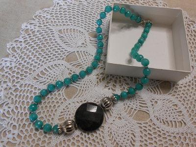 Collana con pietre dure verde e sfera sfaccettata laterale nera, idea regalo.
