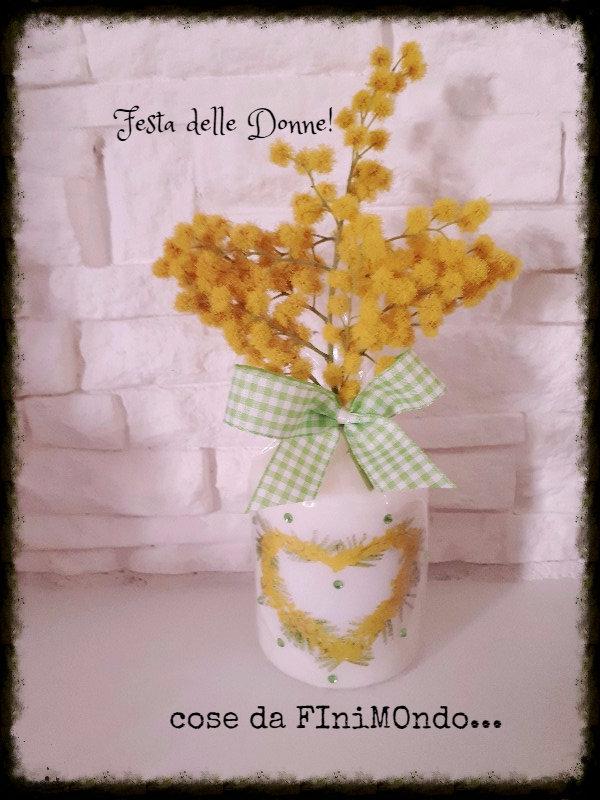 candela festa della donna con mimosa