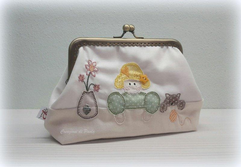 Borsellino con bambolina ricamata su cotone spigato bianco