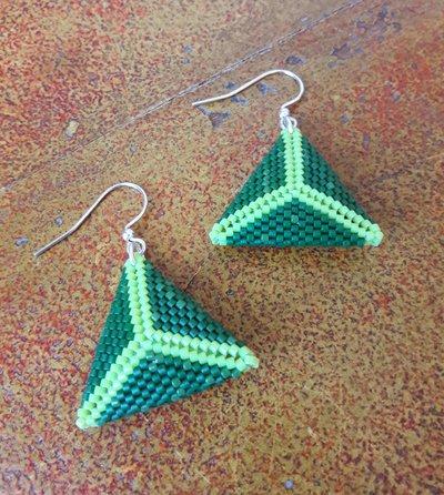 Orecchini pendenti in tessitura triangolo peyote verde